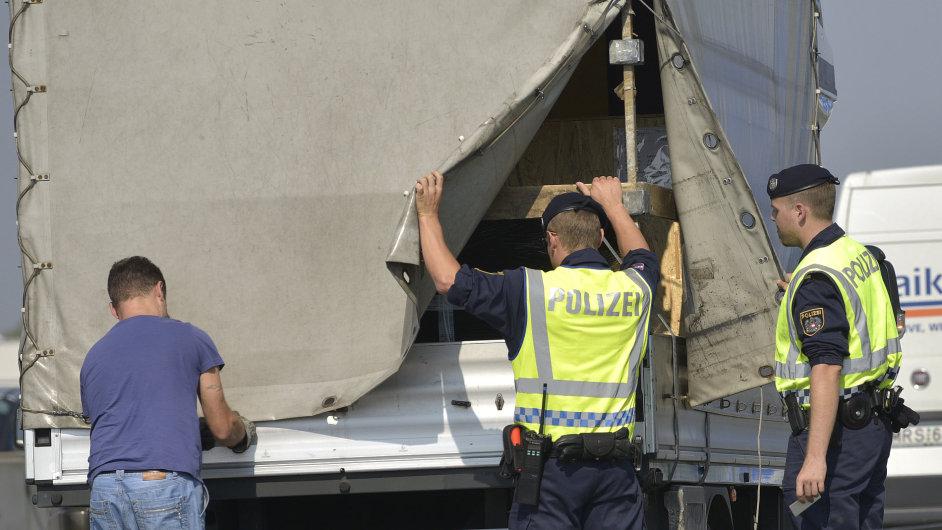 Australská policie kontroluje kvůli uprchlíkům vozy na dálnici.