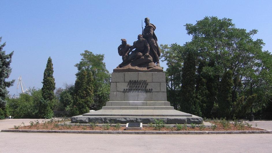 Komsomol byl v SSSR určen mládeži starší čtrnácti let. Na snímku sousoší vybudované v 60. letech v Sevastopoli.