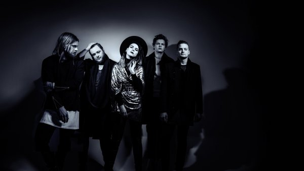 V hudb� Of Monsters and Men se prot�n� k�ehk� folka�en� s masivn�j��m rockov�m zvukem.