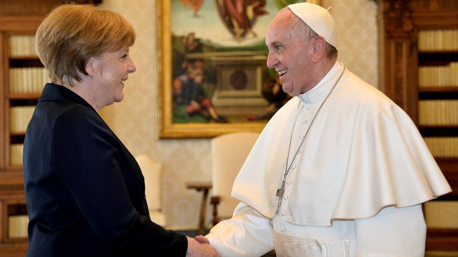 Papež František s Angelou Merkelovou po předávání ceny Karla Velikého
