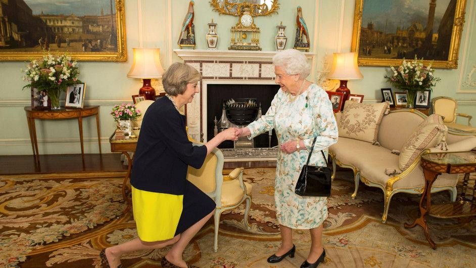 Theresa Mayová se stala oficiálně premiérkou Velké Británie.