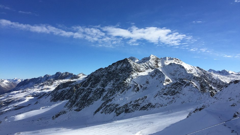 Vrcholky jihotyrolských ledovců jsou stále zasněžené.