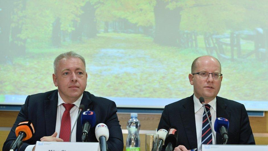 Předseda vlády Bohuslav Sobotka a ministr vnitra Milan Chovanec.