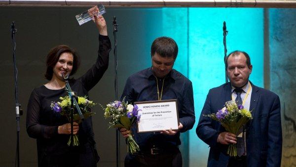 Zakladatel ruské nevládní organizace Výbor na obranu proti mučení Igor Kaljapin (vpravo) se svou zástupkyní Olgou Sadovskou a Sergejem Romanovem v pražském kostele sv. Anny převzali cenu Homo Homini.