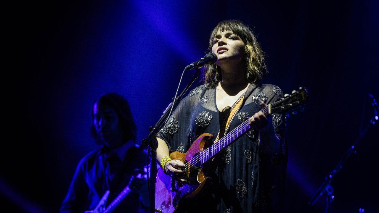 Snímek ze čtvrtečního koncertu Norah Jonesové na festivalu Colours of Ostrava.
