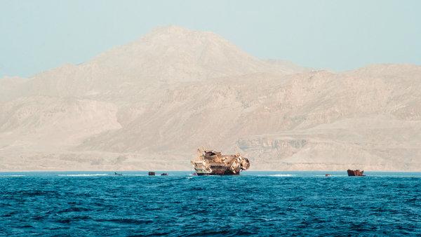 Jednou z lokací zahrnutých do Atlasu prokletých míst je bermudský trojúhelník. Na snímku je starý vrak na pobřeží Bermud.