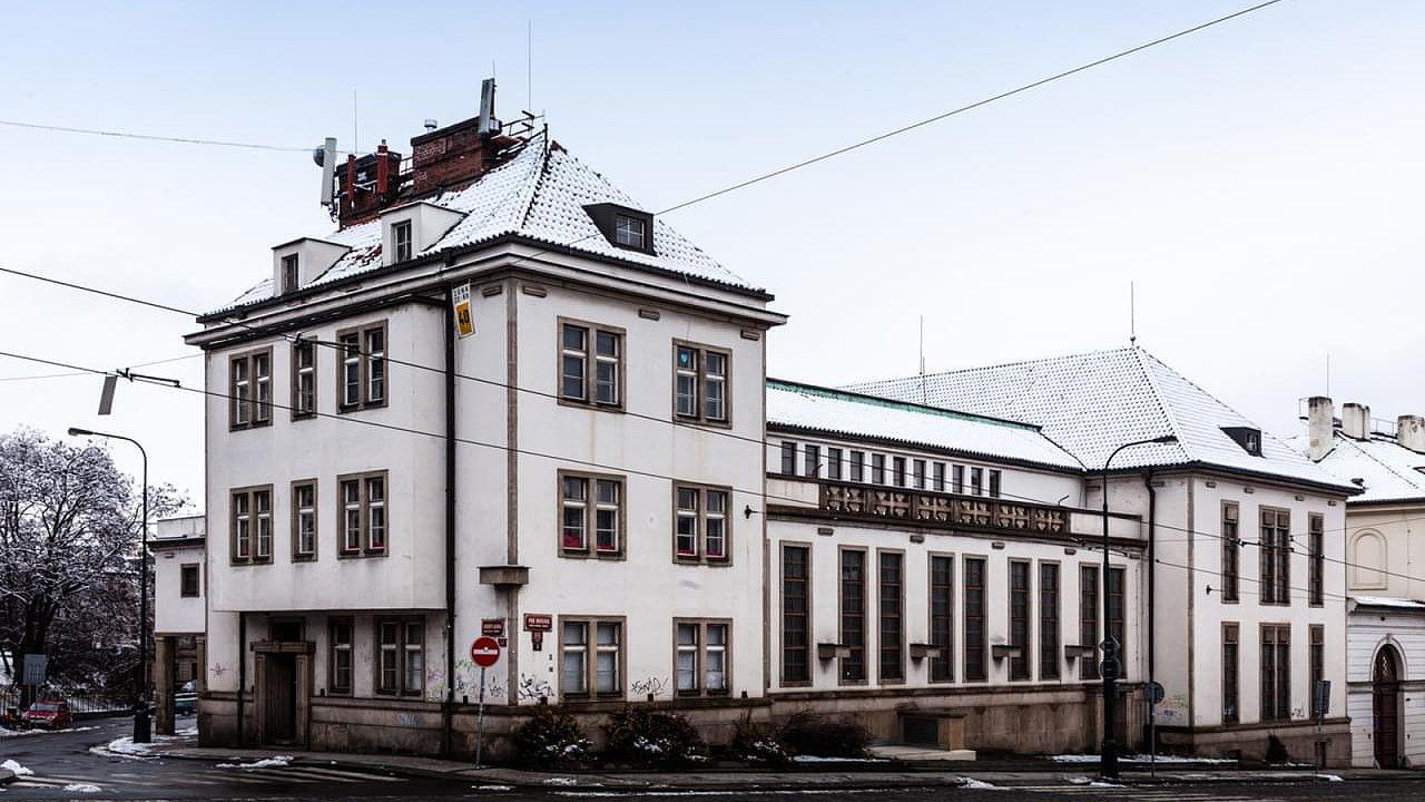 Zengerova transformační stanice stojí pod Letenskými sady na pražském Klárově.
