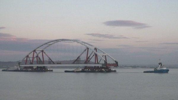 Most z Ruska na anektovaný Krym má své oblouky. Blíží se spojení