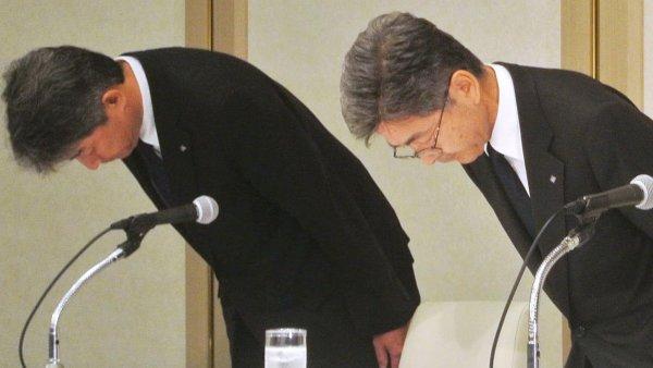 Vedení firmy Kobe Steel se v hlubokém předklonu veřejně omlouvalo za falšování údajů o kvalitě řady výrobků.