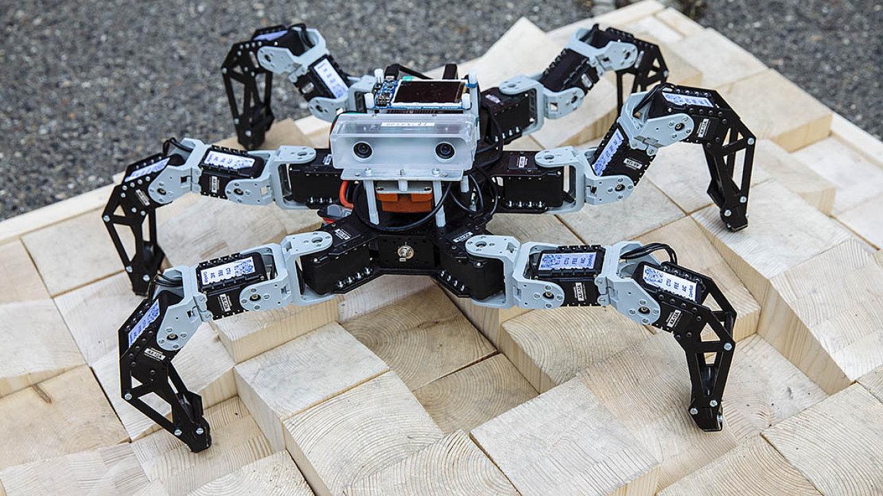 Pavouk:Šestinohý robot, kterého vytvořili naČVUT, už je částečně autonomní. Cílem je plná autonomie.