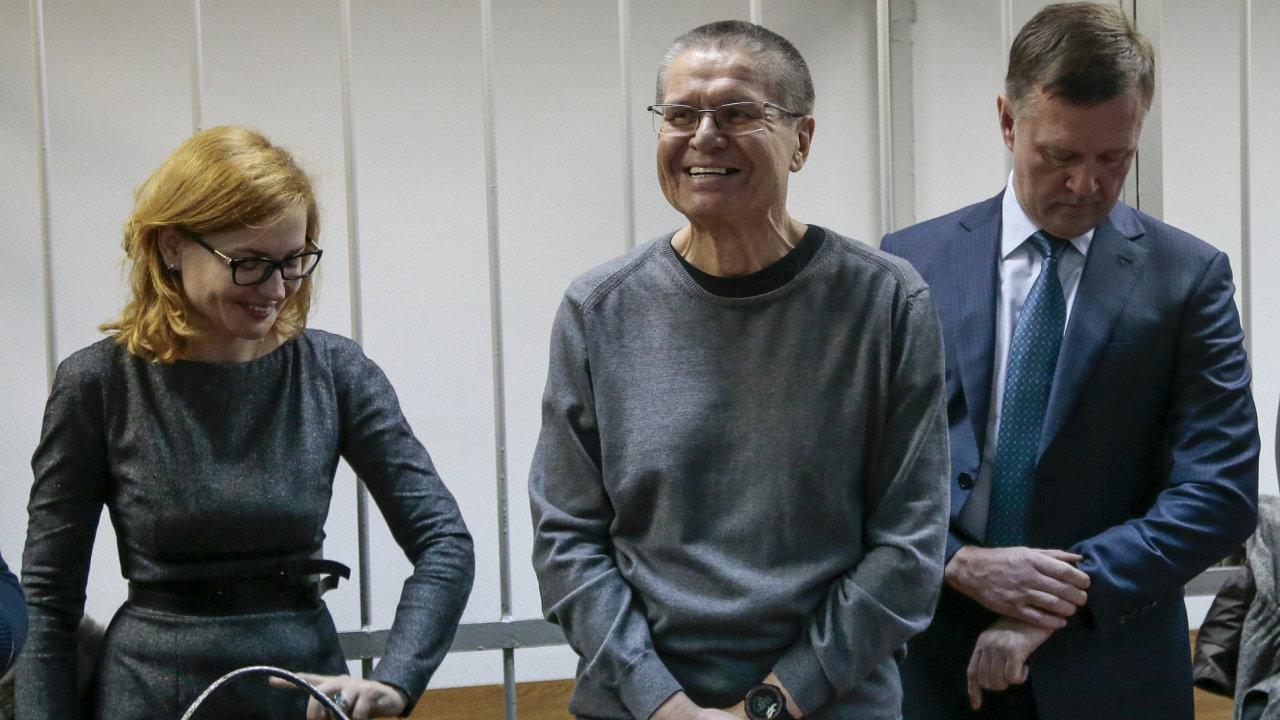 Bývalý ruský ministr hospodářství Alexej Uljukajev (uprostřed) u soudu.