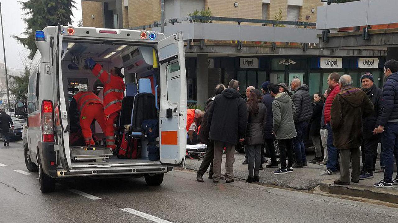 Útočník ve středoitalské Maceratě postřelil několik zřejmě afrických migrantů.