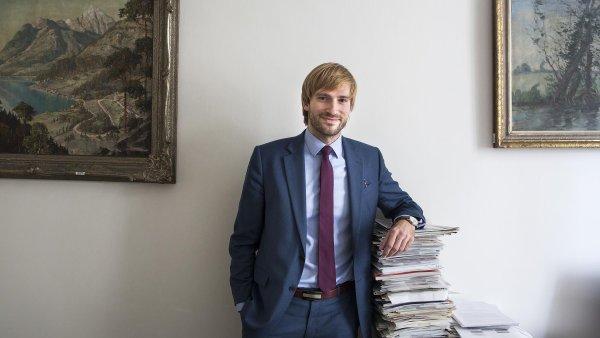 """Změna od1.září: """"Vyhláška bude upravena tak, aby bylo možné prodávat 'pribináčky nebo rohlík smáslem',"""" řekl ministr zdravotnictví vdemisi Adam Vojtěch."""