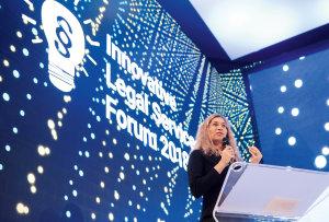 V rámci konference Innovative Legal Services Forum 2018 vystoupila řada předních zahraničních řečníků Na fotografii je Orsolya Görgényi, ambasadorka organizace European Legal Tech Association.