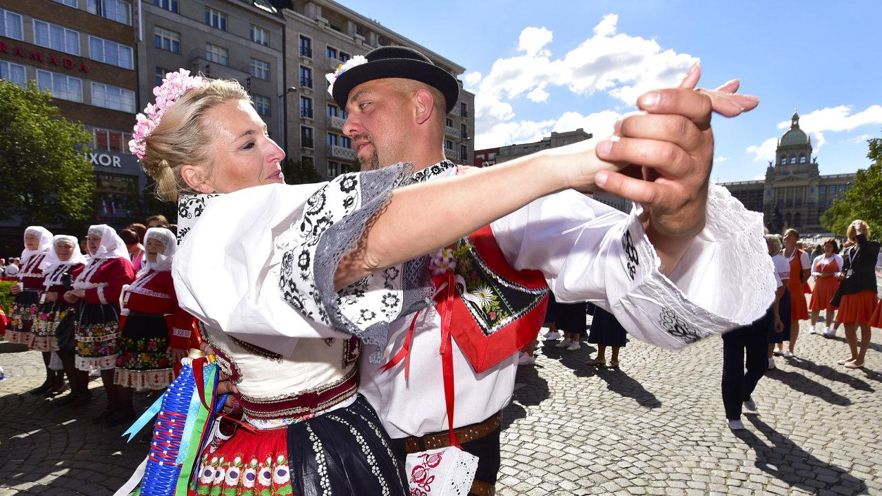 Tisíce sokolů z Česka i zahraničí se sešly na Václavském náměstí k průvodu, kterým oficiálně začal 16. všesokolský slet v Praze.