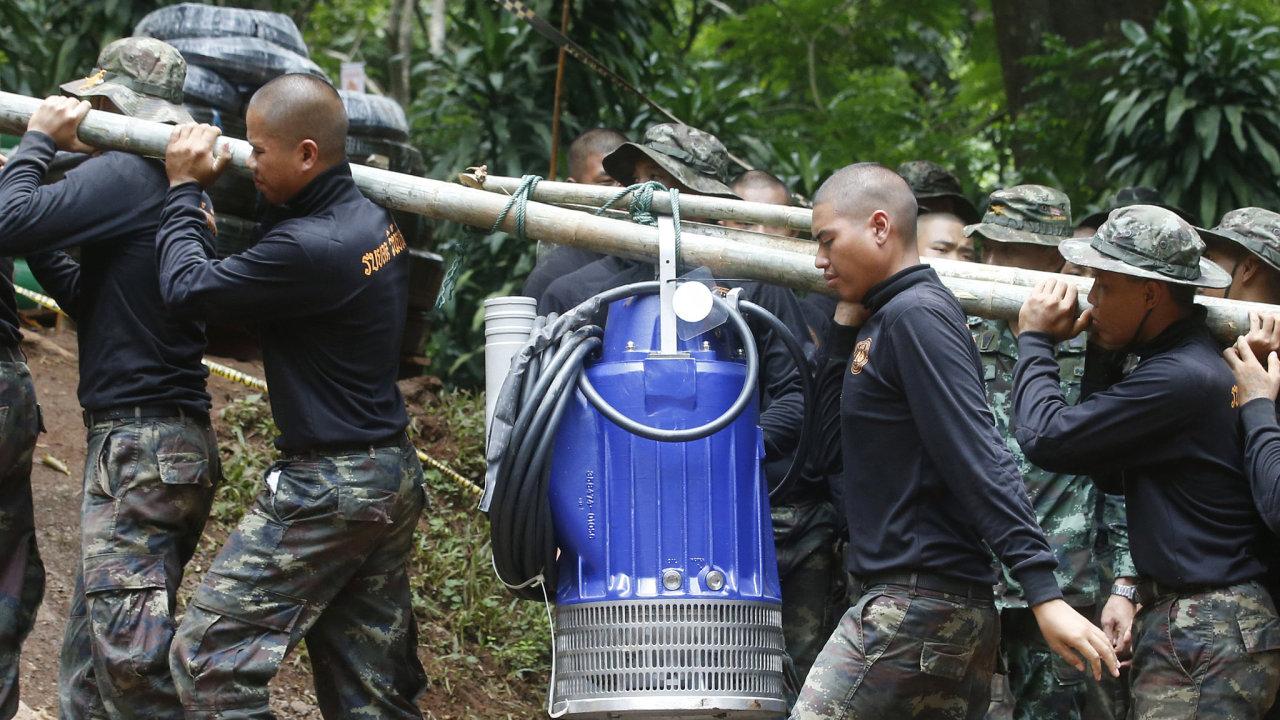 Na místě jsou stále desítky záchranářů, kteří se čerpadly snaží odčerpávat vodu ze zatopené jeskyně.