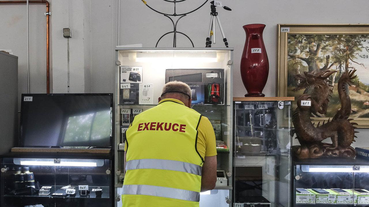 Exekuce jsou jedním zvážných problémů současného Česka. Každý desátý člověk dostal exekuční příkaz, podobně velkou skupinu lidí ohrožuje chudoba.