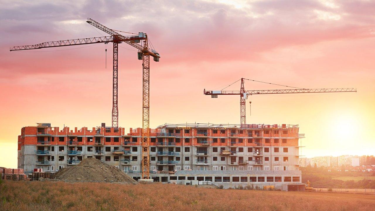 Růst cen bytů v Česku ženou nahoru zvyšující se stavební náklady, regulační opatření ČNB a zdlouhavé povolovací procesy.