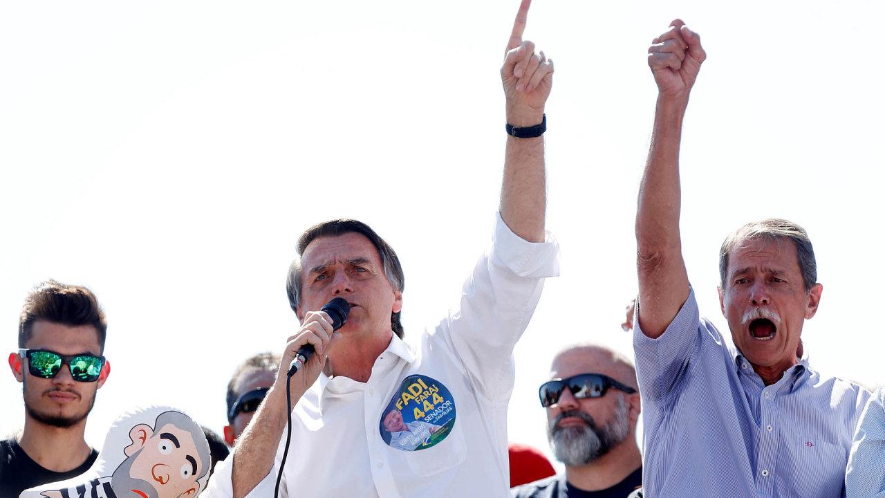 Favorit prezidentských voleb v Brazílii Jair Bolsonaro bývá někdy označován zatropickou verzi Donalda Trumpa.