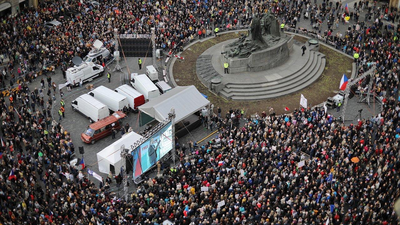 Tisíce lidí v Praze potřetí protestují proti Benešové a Babišovi.