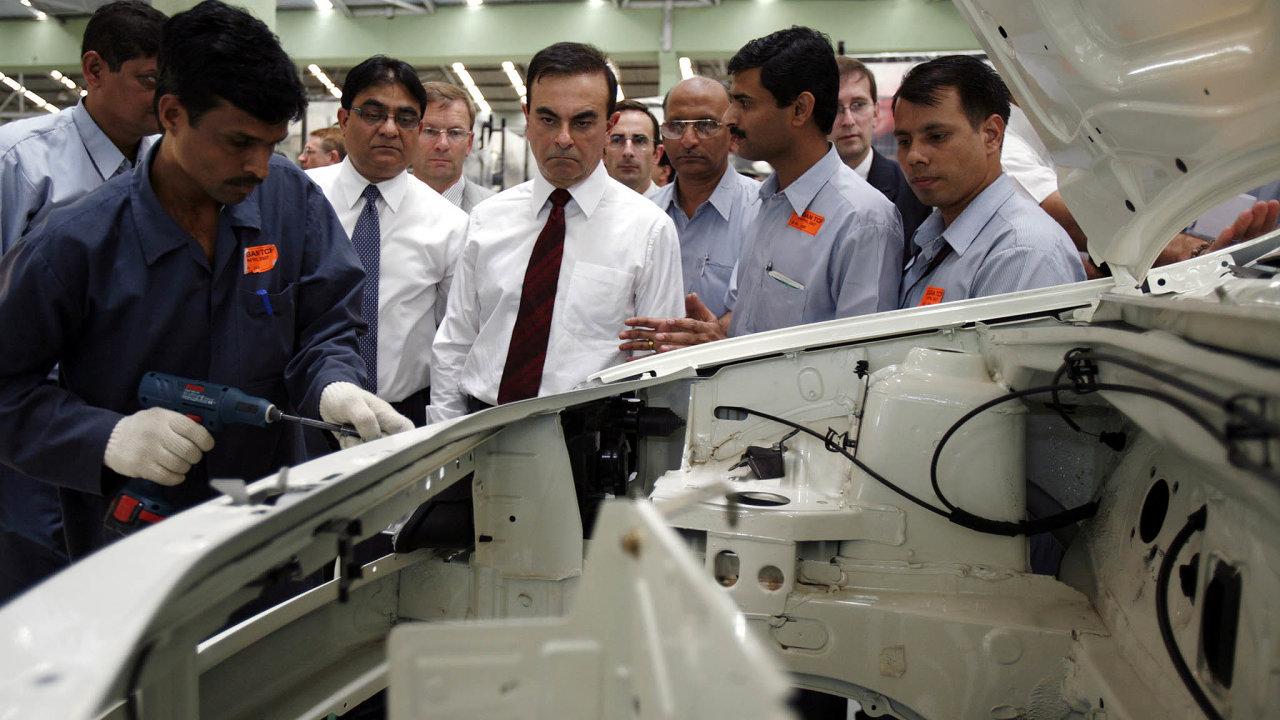Vroce 2005 se Ghosn (na snímku z roku 2007 uprostřed) stal stal se vůbec prvním šéfem řídícím současně dvě velké nadnárodní společnosti: Renault a Nissan.