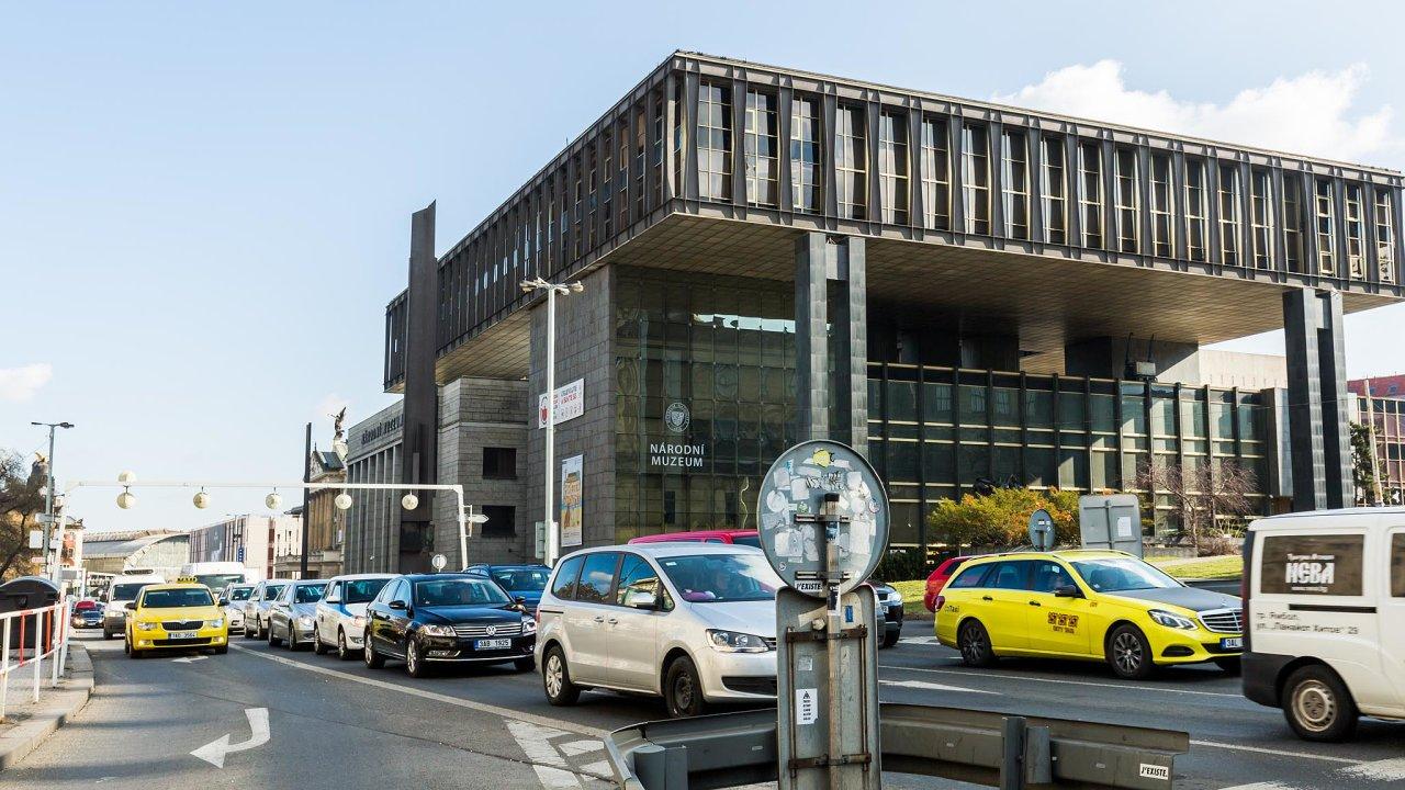 Praha 1 začne provoz nasvém území omezovat, šéf nové magistrátní komise pro klima Martin Bursík zase uvedl, že by hlavní město mělo zpoplatnit vjezd docentra apřivést lidi kužívání elektromobilů.
