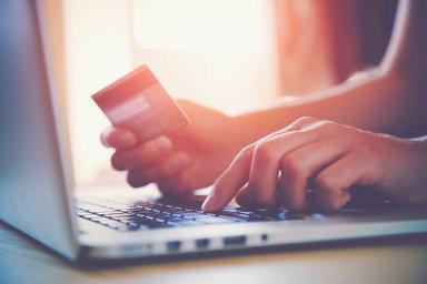Tutosobotu se mění pravidla pro on-line platby pocelé EU. Nejvíce to ovlivní placení kartou, které nae-shopech upřednostňuje zhruba 40 procent českých zákazníků.