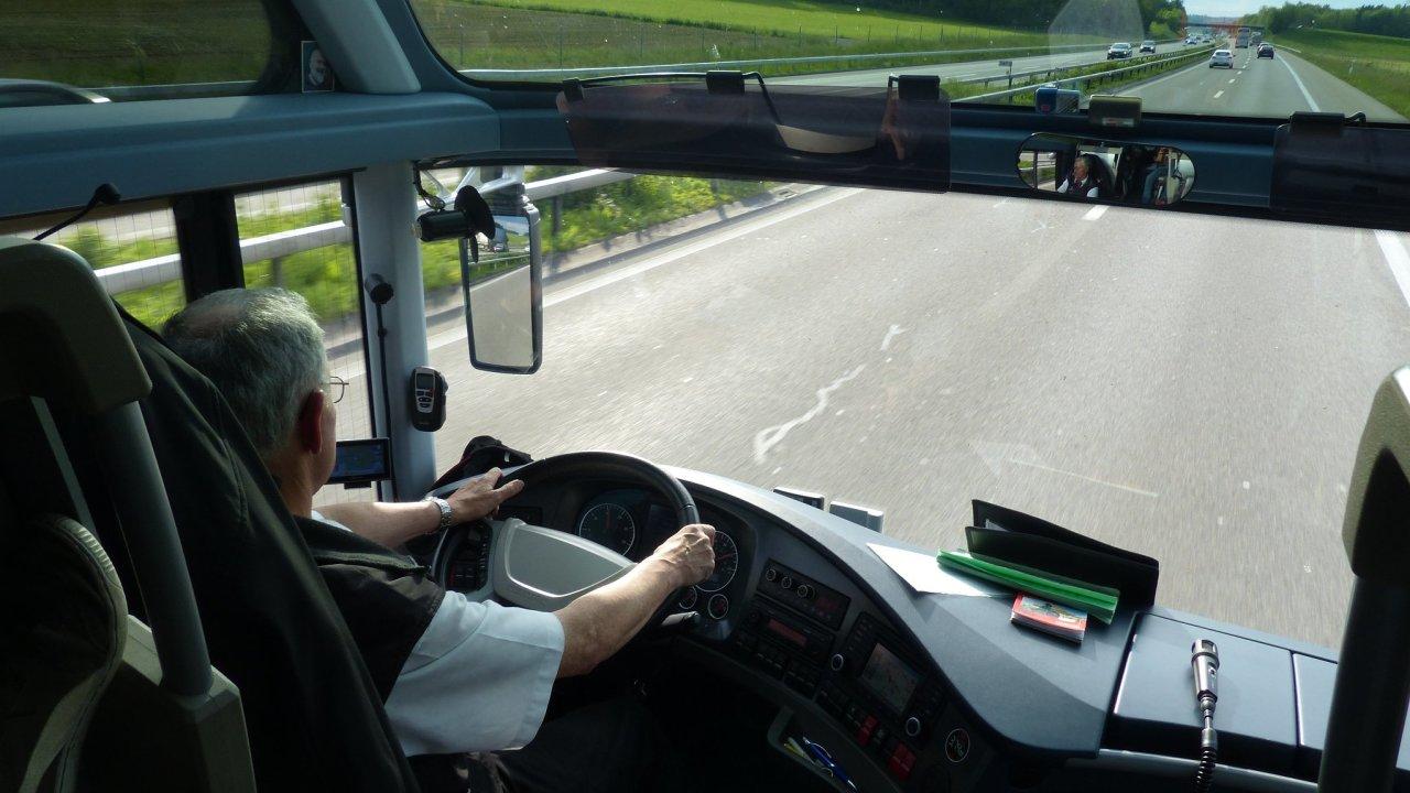 Řidič autobusu na Liberecku omdlel za jízdy, volant převzal cestující - Ilustrační foto.