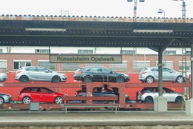 Méně práce, méně aut: Výrobní linky vhlavní továrně Opelu vRüsselsheimu najíždějí nazkrácený pracovní režim.