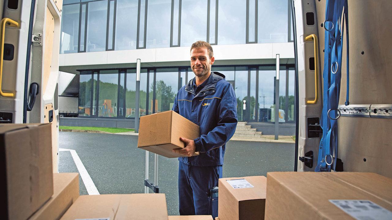 Zatímco si pod pojmem doručování zásilek pro e-shopy většinou představíme dodávku rozvážející balíky abalíčky, veskutečnosti se často převážejí irozměrné atěžké zásilky.