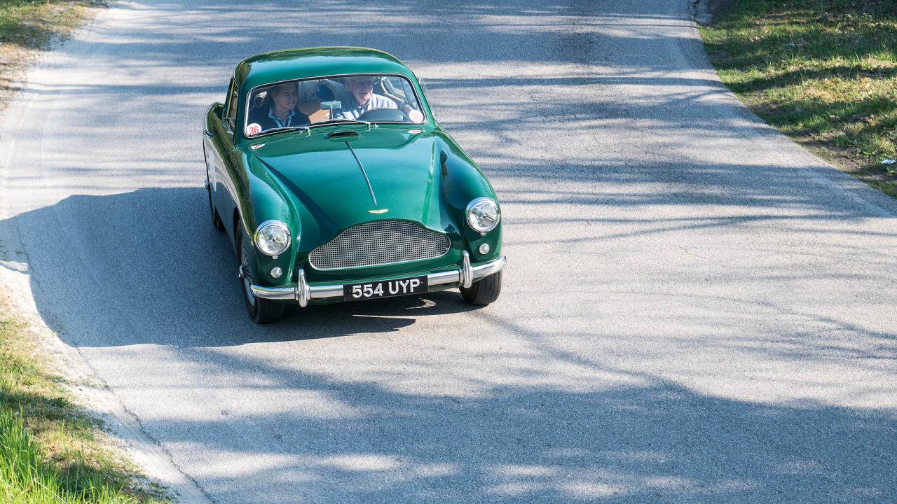 Radost pro Jamese Bonda. Aston Martin DB2/4 mk III– tento typ vozu, vekterém by se nestyděl řídit ani slavný agent 007, je rovněž vportfoliu fondu Engine Classic Cars.