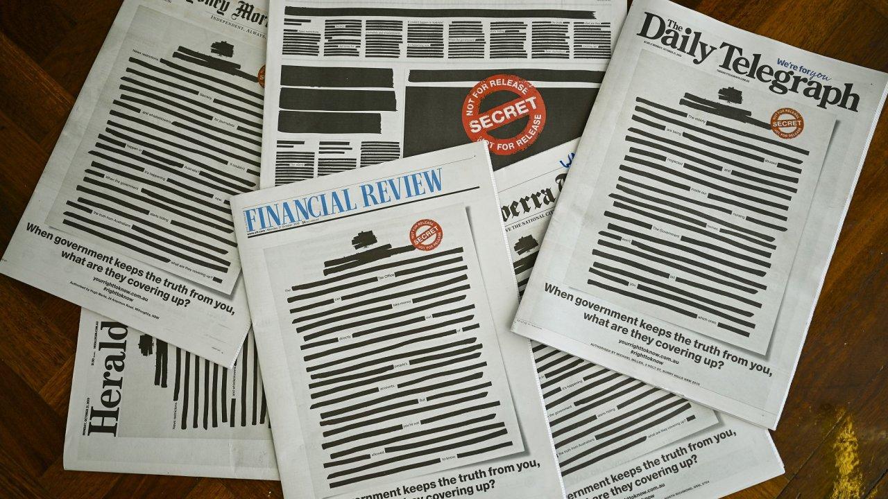 Titulní strany předních australských deníků vyšly se začerněným textem na protest proti údajnému omezování přístupu k informacím australskými úřady.