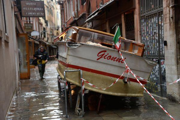 Velká voda v Benátkách způsobila i problémy v dopravě, na fotografii agentury ANSA je vidět vyplavený na chodníku jeden z takzvaných waterbusů, které ve městě zajišťují hromadnou dopravu.