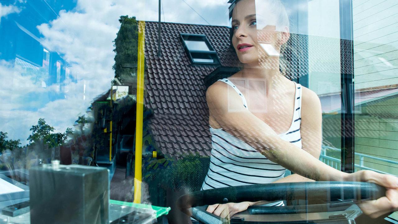 Podle průzkumu je profesionálním řidičům vČesku vprůměru 57let. Dopravní společnosti se proto snaží rozšiřovat nábor. Čím dál častěji tak přijímají napozice řidičů ženy.