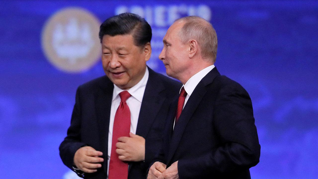 Šéfové velmocí. Prezidenti Číny a RuskaSi Ťin-pching a Vladimir Putin se snaží ovelmocenskou politiku. V tom si notují s americkým prezidentem Donaldem Trumpem.