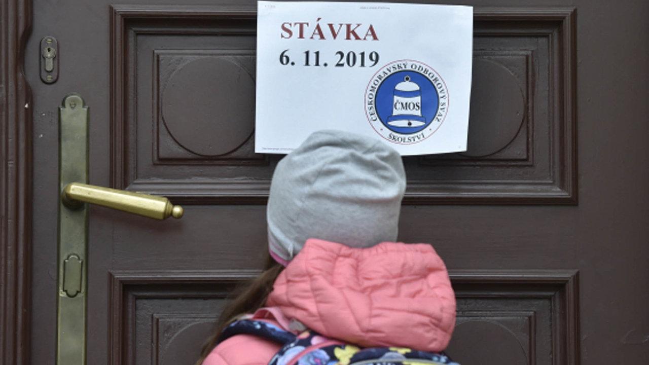 Podle odborů při listopadové stávce zůstalo zavřeno 1221 škol, dalších 2743 omezilo provoz. Téměř tři tisíce škol vyjádřilo jinou formu podpory. Snímek je ze školy v Hauptově ulici v Praze-Zbraslavi.