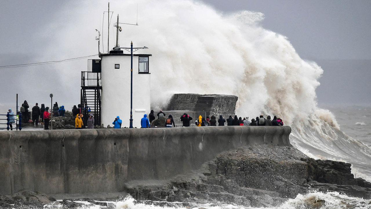 Británie se potýká se záplavami akomplikacemi vdopravě povydatných deštích, které vneděli přinesla bouře Dennis. Bouře působí škody ivdalších evropských zemích.