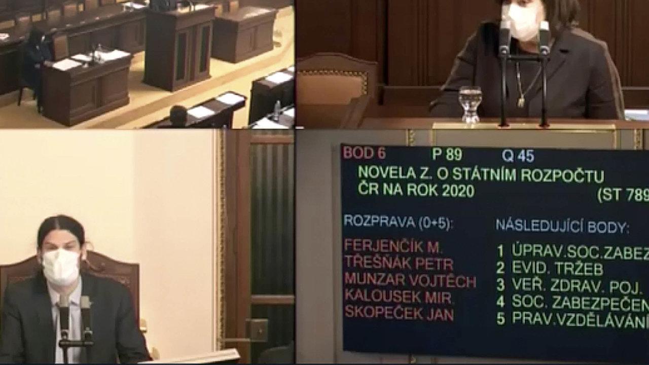 Ministryně financí Alena Schillerová (zaANO, nahoře) obhajovala navýšení schodku státního rozpočtu na200 miliard korun. Snímek je zvysílání nawebu sněmovny. Novináři najednání neměli přístup.