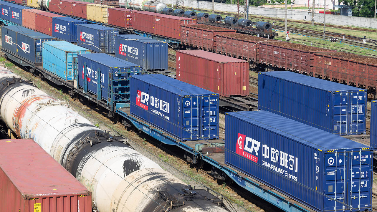 Mezi Čínou aEvropou existuje vlakové spojení. Peking narozvoj železniční dopravy sází, dotuje ji apodporuje vrámci svého projektu nové Hedvábné stezky.