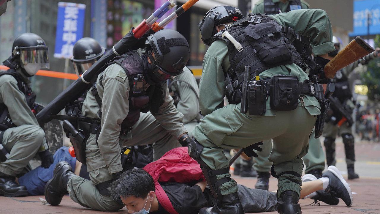 Stovky demonstrantů vneděli vyšly doulic Hongkongu, aby protestovaly proti snaze Pekingu prosadit zákon onárodní bezpečnosti, který by omezil samostatnost ostrova.
