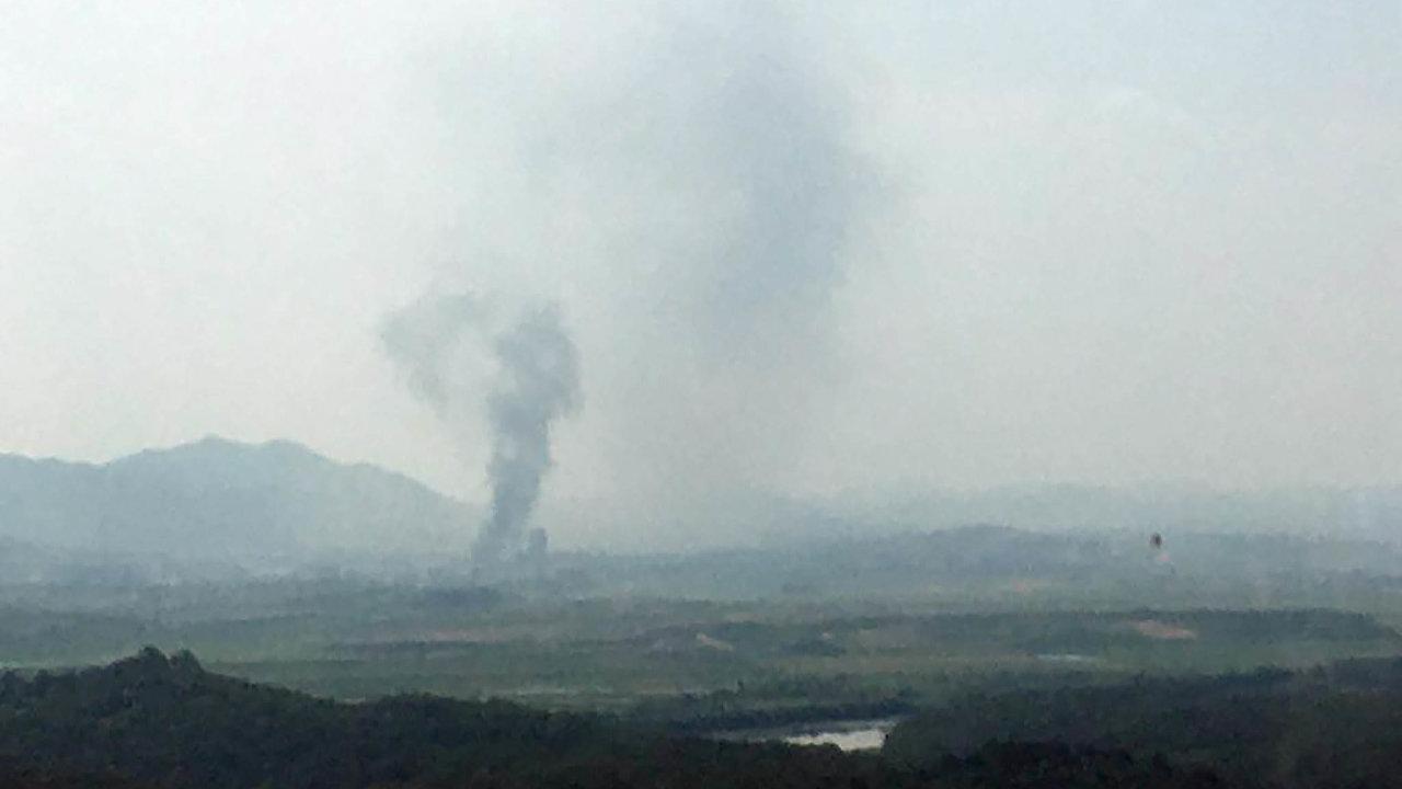 Severokorejský režim nechal v úterý vyhodit do vzduchu budovu styčného úřadu na hranicích s Jižní Koreou.