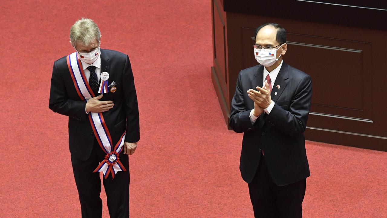 Předseda tchajwanského parlamentu Jou Si-kchun (vpravo) udělil 1. září 2020 v Tchaj-peji  předsedovi českého Senátu Miloši Vystrčilovi medaili za parlamentní diplomacii.