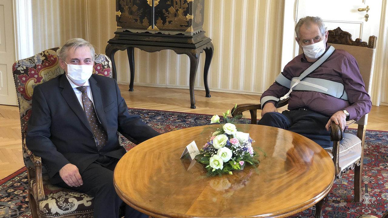 Petra Rafaje (vlevo) může zantimonopolního úřadu, který vede už jedenáctým rokem, nanávrh vlády odvolat jedině prezident Zeman.