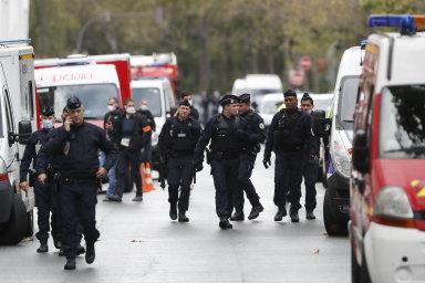 Útočník zranil minimálně dva lidi nedaleko bývalé redakce Charlie Hebdo v Paříži. Policie zadržela dva podezřelé