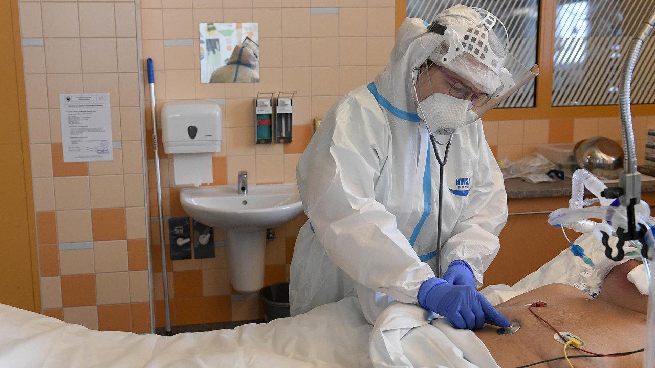 Zdravotnice v ochranném obleku ošetřuje 30. září 2020 pacienta s koronavirem na klinice anesteziologie, resuscitace a intenzivní medicíny ve Všeobecné fakultní nemocnici v Praze.