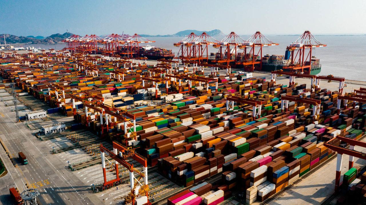 Obchodní dohoda RCEP (Regional Comprehensive Economic Partnership) mezi 15 státy asijsko-pacifického regionu pokrývá třetinu světové ekonomiky. Nasnímku přístav včínské Šanghaji.