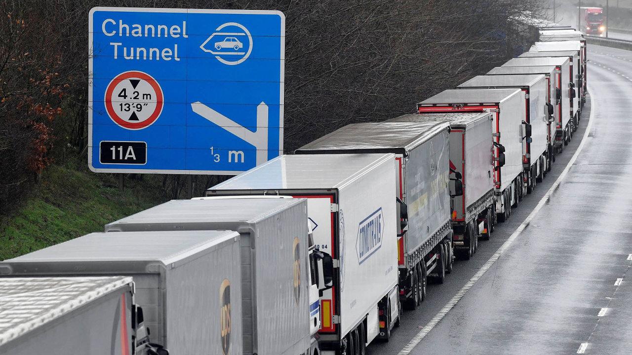 Britové kvůli mutaci koronaviru předčasně spustili plány naodstavení kamionů vhrabství Kent, jež měli vzáloze pro případ, že se sEU nedohodnou na tom, jak budou vypadat jejich vztahy pobrexitu.