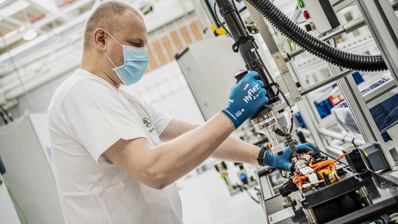 Automobilka Škoda Auto má vlastní lékaře apřipravuje 15 stálých atři mobilní očkovací centra. Zvládla by tak naočkovat až 1200 pracovníků denně.