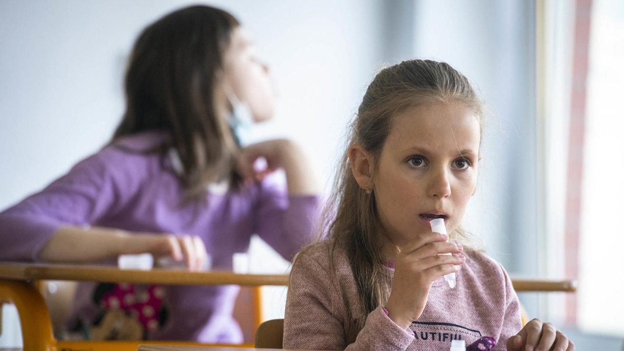 Jen do konce června bude k pravidelnému testování dětí ve školách potřeba 10 milionů testů. Část už stát nakoupil.