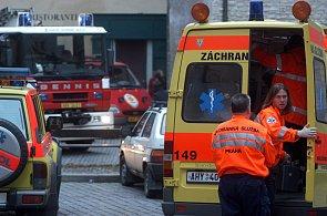 Při nehodě cisterny s jedovatou látkou fenol se zranilo zhruba dvacet lidí.